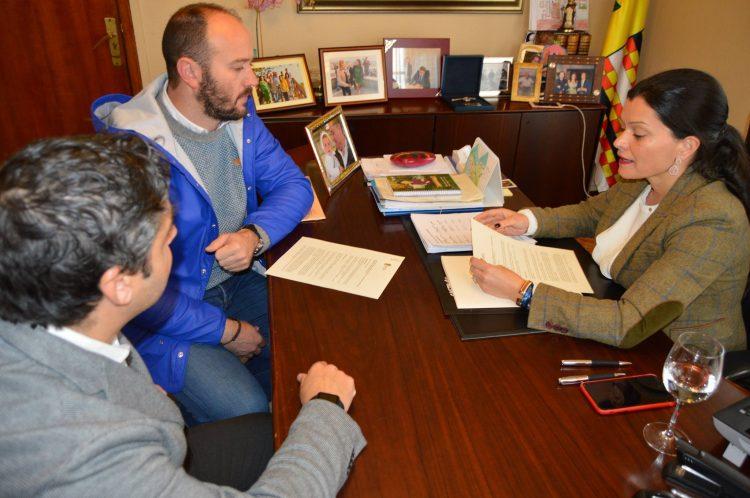 Firma del Convenio de cesión de la aldea Alfacuca entre el Concello de Mos y EVD Galicia