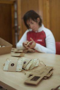 Las mujeres con discapacidad de EVD Galicia trabajando en la elaboración de productos artesanales de esponjas naturales